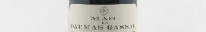 La photo montre une bouteille du domaine de l'appellation Daumas Gassac dans le Languedoc