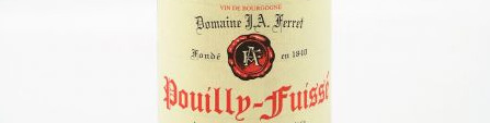 La photo montre une bouteille de vin de l'appellation Pouilly Fuissé du domaine Ferret en Bourgogne.