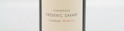 La photo montre une bouteille de Champagne du domaine Frédéric Savart.