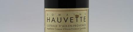 la photo montre une bouteille de vin du domaine Hauvette en Provence par dominique hauvette