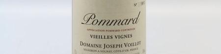 La photo montre une bouteille de vin de l'appellation Volnay du domaine Joseph Voillot en Bourgogne.