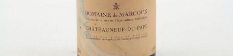 La photo montre une bouteille du vin appellation Chateauneuf du Pape du domaine Marcoux dans la Vallée du Rhône Nord