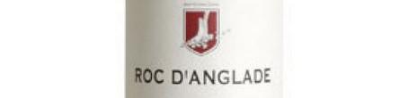 La photo montre une bouteille du grand vin du domaine Roc d'Anglade de l'appelation IGP du Gard dans le Languedoc.