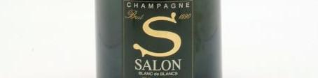 La photo montre une bouteille de Champagne de la Maison Salon.