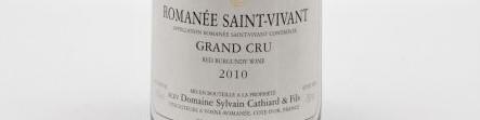La photo montre une bouteille de vin Romanée Saint Vivant grand cru du domaine Sylvain Cathiard situé en Cote de Nuits en Bourgogne.
