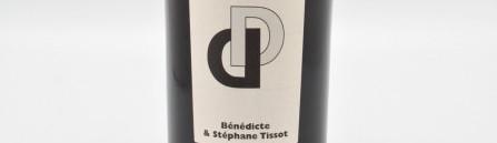 La photo montre une bouteille de vin de l'appellation Arbois du domaine Tissot dans le Jura.