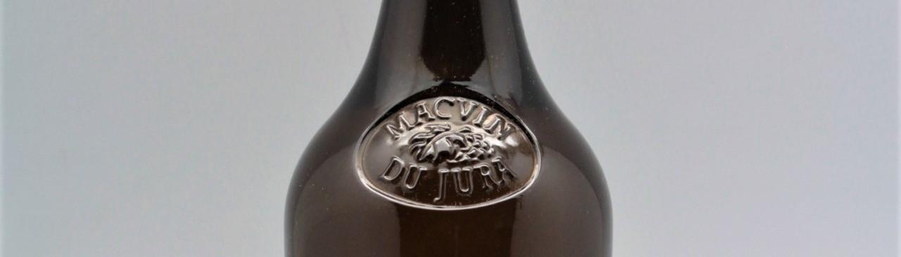 La photo montre une bouteille du vin du domaine Jean Francois Ganevat du Jura